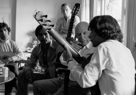 Manitas de Plata joue pour Picasso, Mougins 1968 Lucien Clergue WEB