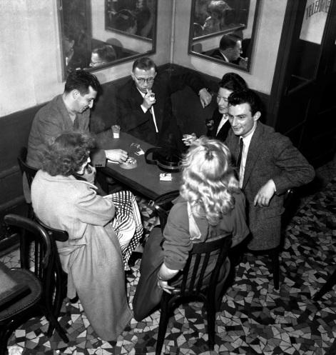 """De g. ˆ d; : Jacques-Laurent Bost et son Žpouse Olga, Jean-Paul Sartre et Simone de Beauvoir, Jean Cau et Michelle LŽglise-Vian au Flore, comitŽ de rŽdaction des """"Temps Modernes"""". ca 1950."""